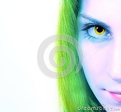 Immagine potata dello sguardo fisso di una donna