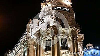 Immeuble panoramique vertical de Metropolis illuminé la nuit sur la rue Gran Via à Madrid, images d'Espagne banque de vidéos