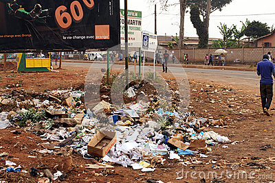 Immondizia dalla strada in Africa Fotografia Editoriale
