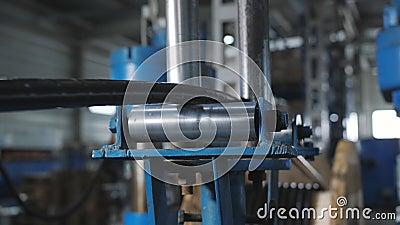 Impianto di produzione del cavo Copertura del cavo in rame con materiale isolante video d archivio