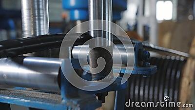 Impianto per la produzione di cavi elettrici La chiusura di un cavo di alimentazione spesso è avvolta su una bobina video d archivio