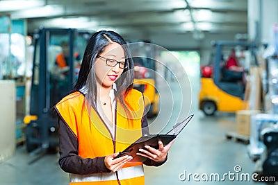 Impiegato o supervisore femminile al magazzino