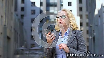 Impiegato turbato della società che legge il email dello smartphone, guasto del lavoro, app di commercio di riserva archivi video