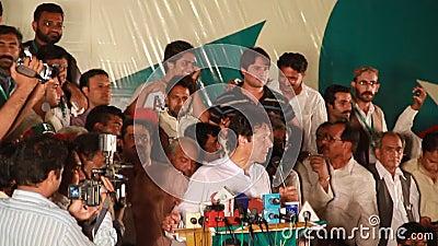 Imran Khan, der an die Menge während einer politischen Sammlung sich wendet stock footage