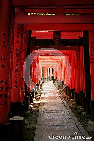 Inari torii versieht - Kyoto - Japan mit einem Gatter