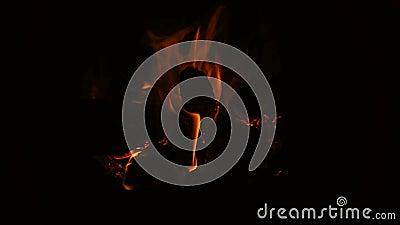 Inc?ndio que queima-se na chamin? Chaminé completamente da madeira do fogo e do fogo vídeos de arquivo
