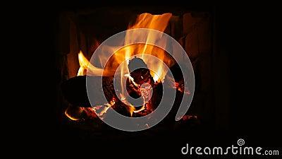 Inc?ndio que queima-se na chamin? Chaminé completamente da madeira do fogo e do fogo filme