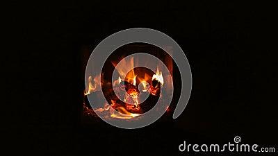 Inc?ndio que queima-se na chamin? Chaminé completamente da madeira do fogo e do fogo video estoque