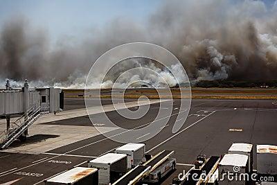 Incendio del sottobosco dell aeroporto in EL Salvadore, America Centrale dal terminale Fotografia Editoriale