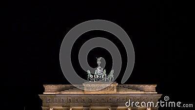Inclinar el video de la gente por la noche en The Brandenburg Gate, Pariser Platz, Berlín, Alemania almacen de video