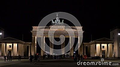 Inclinar un video de 4.000 personas por la noche en la Puerta de Brandenburgo, Pariser Platz, Berlín, Alemania metrajes