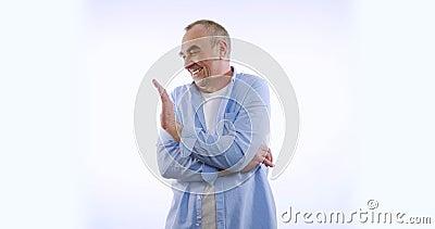 Incompreensível macho caucasiano está envergonhado em fundo branco em lentidão video estoque