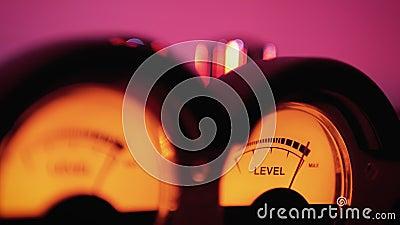 Indicateur de numérotation analogique du niveau de signal sonore dans la base de données Flèche se déplace en synchronisation ave banque de vidéos