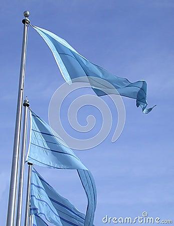 Indicateurs bleus sur un ciel bleu