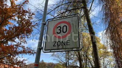 Indicativo di restrizione per le autovetture che guidano la zona 30 archivi video