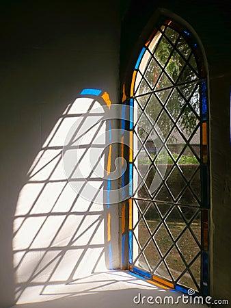 Indicatore luminoso di vetro macchiato della finestra della chiesa, Inghilterra.