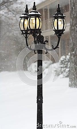 Indicatori luminosi di via in giorno della bufera di neve