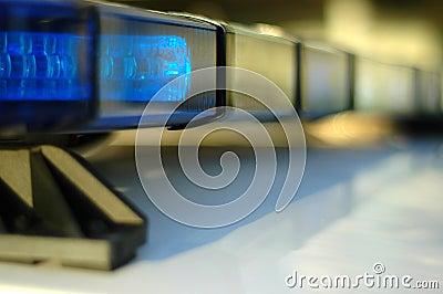 Indicatori luminosi infiammanti del volante della polizia