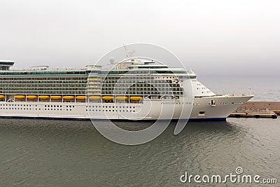 Indipendence av haven kryssar omkring anslutat på hamnen Redaktionell Arkivfoto