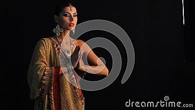 Indisk flickadans på svart
