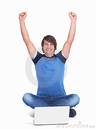 Individuo adolescente joven emocionado que usa una computadora portátil