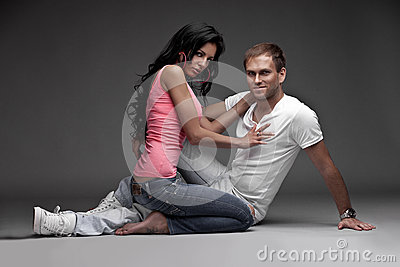 Individuo agradable agradable con la muchacha en fondo gris