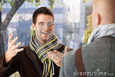Individuo alegre que gesticula al amigo