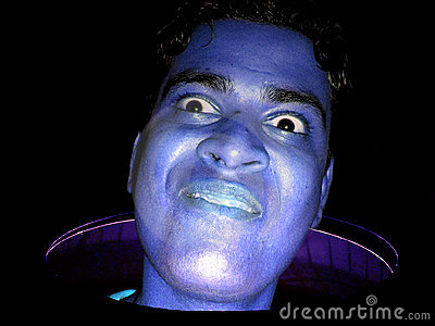 Individuo azul divertido