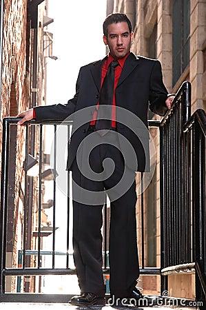 Individuo del Latino en negro rojo de la camisa