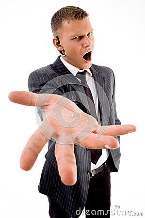 Individuo joven que expresa la frustración
