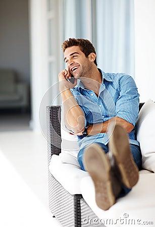 Individuo joven Relaxed en el teléfono celular