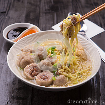 Free Indonesian Meatball Bakso Noodle With Sweet Soy Sauce And Chilli Sauce Sprinkle With Green Onion Royalty Free Stock Photos - 63989588
