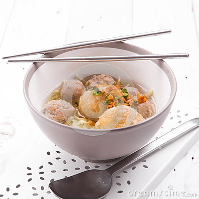 Free Indonesian Meatball Bakso Noodle With Sweet Soy Sauce And Chilli Sauce Sprinkle With Green Onion Stock Images - 63992464
