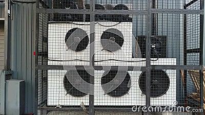 Industriële airconditioningsystemen HVAC in de buurt van een industrieel gebouw met werkende ventilatoren stock footage