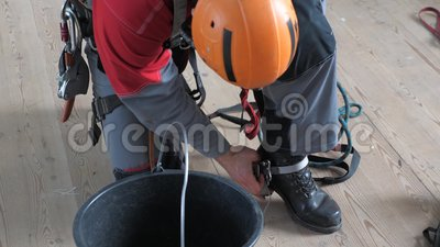 Industriële klimmer zet apparatuur aan voor hoogstandwerk over klimmerkers stock footage