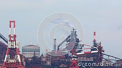 Industrie van de verontreinigings Grote Fabriek bij de haven in Japan stock video