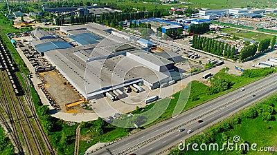Industrieel complex in de nabijheid van moderne wegen- en spoorwegen stock video