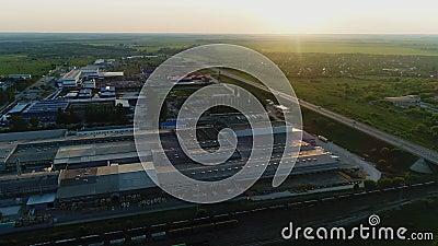 Industrieel complex met magazijn tussen velden in de avond stock video