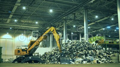 Industriefahrzeuge entladen Abfälle Recyclingwerk für elektronische Abfälle stock video footage