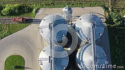 Industrielle Getreidessilos und alte Eisenbahn, Luftsicht stock footage