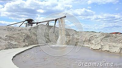 Industrielle Sandgewinnung im Baugewerbe. Aus der Leitung entsorgten Sand mit Wasser unter starkem Druck stock video
