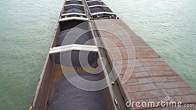 Industrieller Lastkahn transportiert Fracht auf der Donau in Ungarn stock video footage