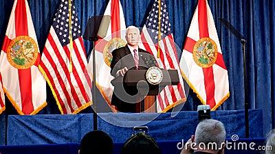 Inför Trump-evenemanget med vice talman Mike Pence-tal på tribune i Nacion de Fe Footage President Rally Campaign 2020 stock video