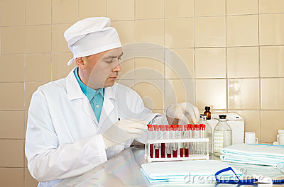 Infirmière mâle avec des tubes à essai