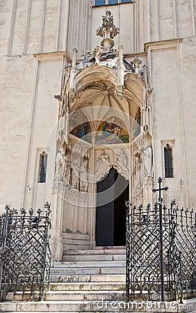 Ingång av Mary på kustkyrkan (1414). Wien Österrike