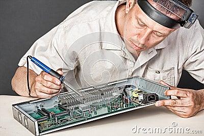Ingenieur, der Leiterplatte repariert