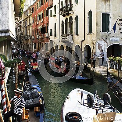 Ingorghi stradali ai canali in Venezia Fotografia Editoriale