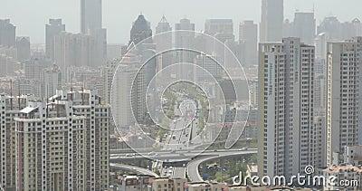 ingorghi stradali occupati della città urbana 4k, Qingdao, porcellana costruzione di affari, inquinamento atmosferico video d archivio