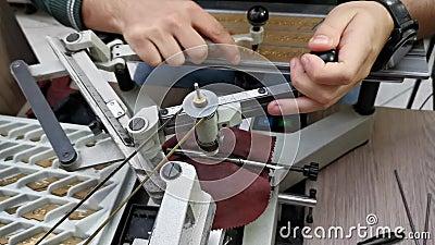 Ingranatura in metallo - dispositivo di incisione metallico archivi video