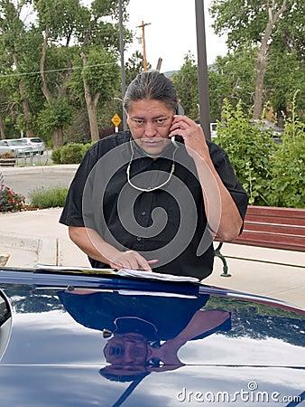 Inheemse Amerikaanse mens die op celtelefoon spreekt